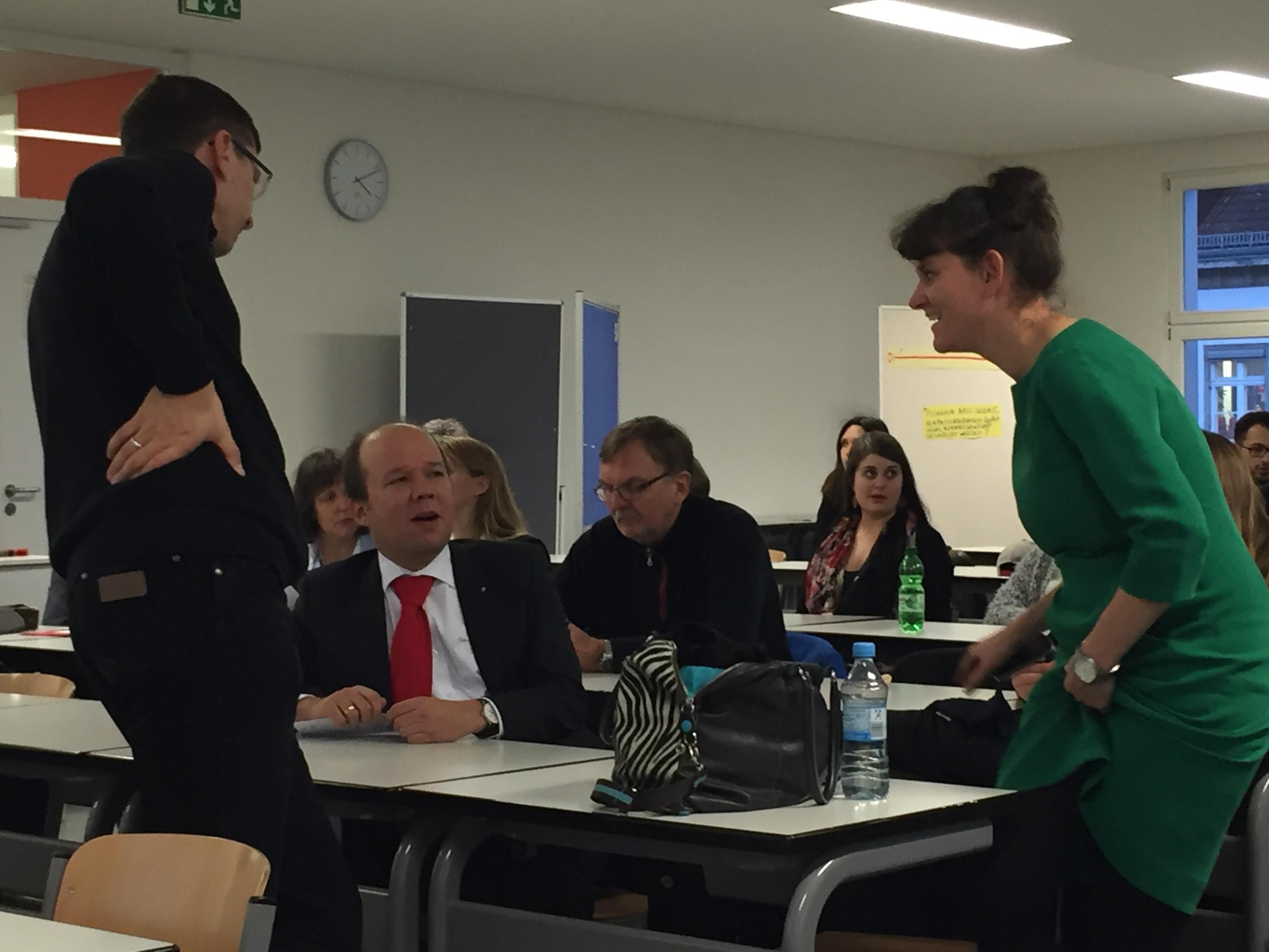 Claudia (rechts) im Gespräch mit Michael Sommer von der Caritas
