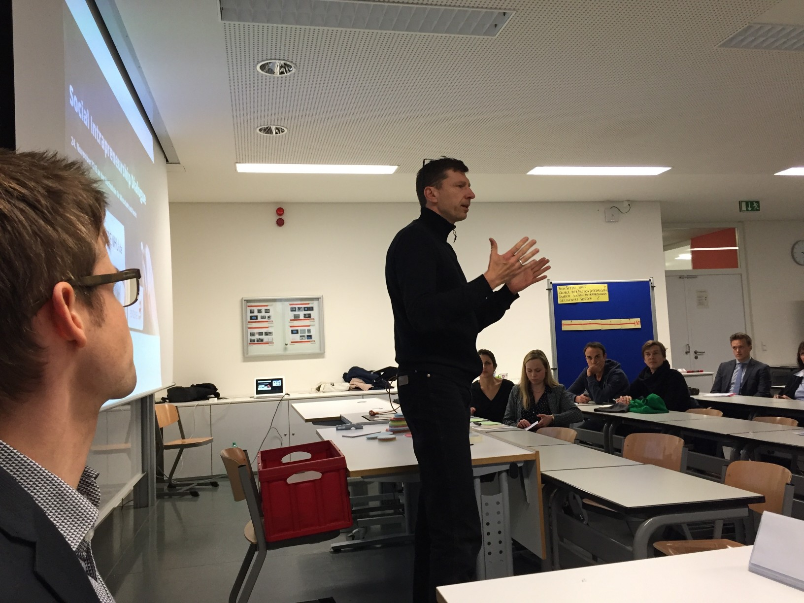 Carsten (links) lauscht den einführenden Worten von Prof. Ripsas