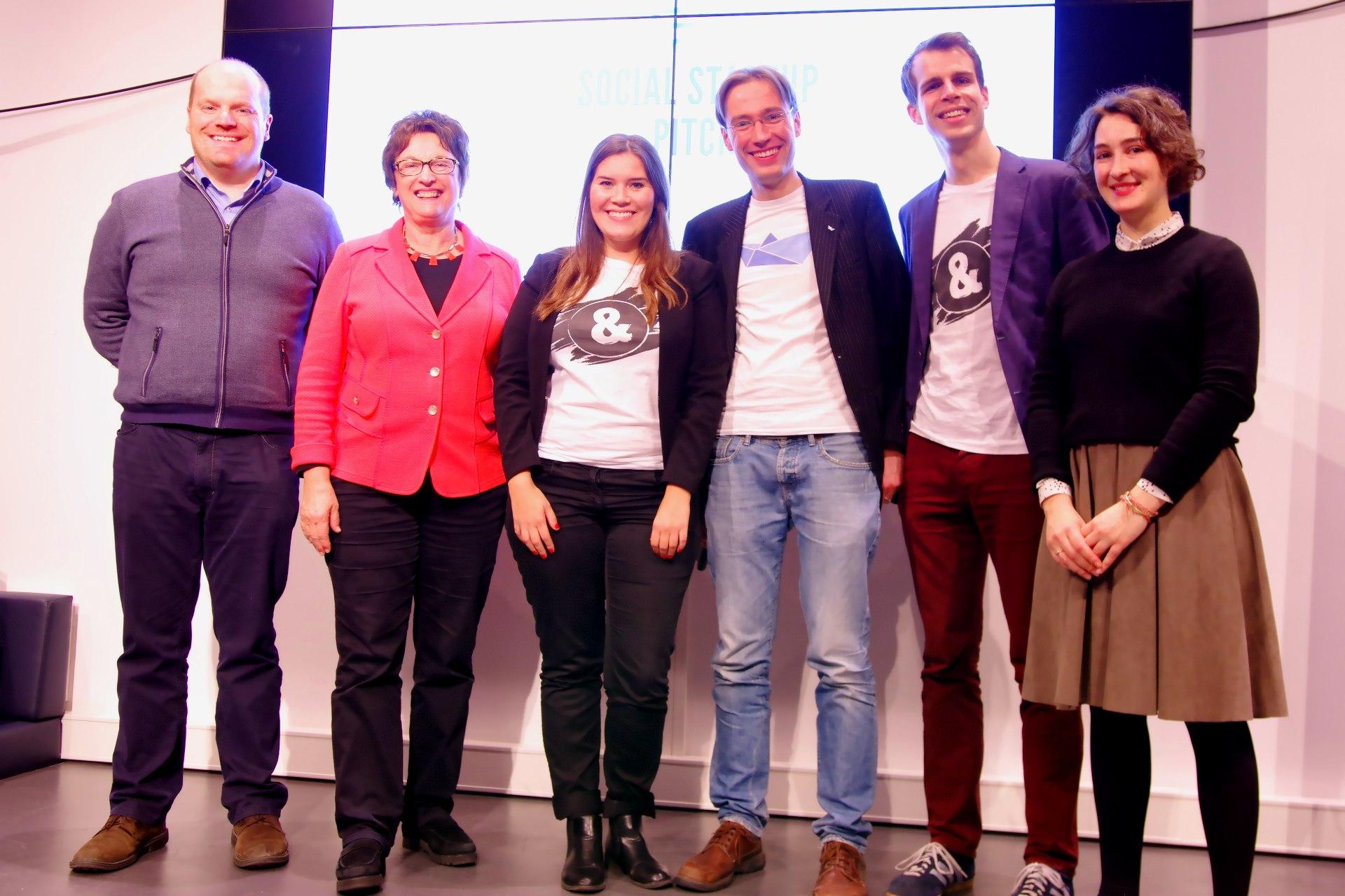 Sieger beim Social Startup Pitch - von links: Sascha Schubert (Bundesverband der deutschen Startups), Brigitte Zypries, Nora Sofia Said (Schülerpaten), Nils Dreyer (Hilfswerft), Colin von Negenborn (Schülerpaten), Katharina Dermühl (Migration Hub)