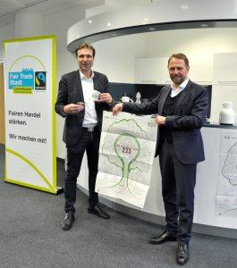 Umweltdezernent Alexander Lünenbach (lks.) und OB Uwe Richrath werben für die faire und nachhaltige Bewirtung im Rathaus und das Nachhaltigkeitsposter für Leverkusen ©Stadt Leverkusen